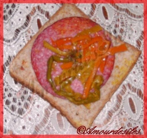 Une belle tranche de pain de mie, du salami et les achards en prime bien pimentés!