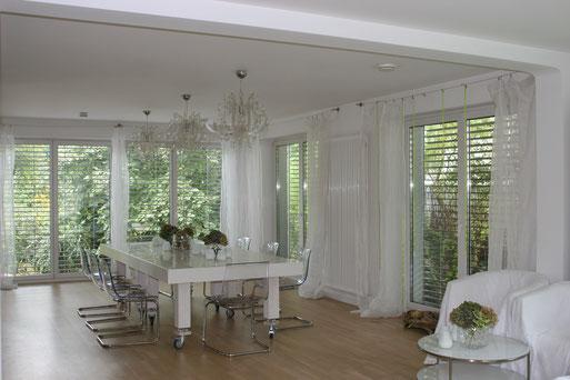 Modernisiertes ,Kernsaniertes Haus , neue Raumaufteilung , Bodentiefe Fenster , Außenjalousien , Smart Home , flexibler Tischentwurf Corian,  weiße Wände und Decken gespachtelt und weiß gespritzt , abgehängte Decken
