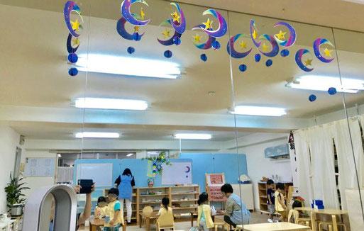 モンテッソーリ個別活動で年中、年長児が星のストリングスデコレーションを製作。教室に飾って七夕を祝いました。