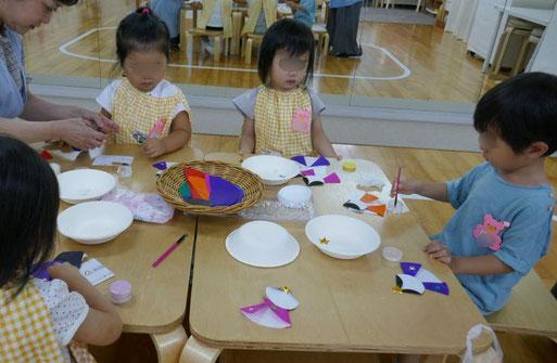 未就園児・2歳児・母子分離コースの生徒が、自分の力だけで七夕の製作活動の取り組みました。折り紙を使って、おり姫とひこ星を製作しました。