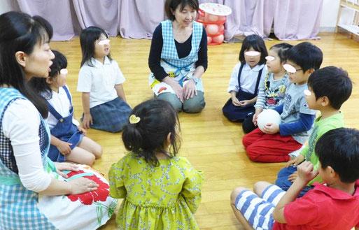 幼児教室の幼稚園児クラスのリトミックで、ボールを使った集団活動を行っています。小学校受験の基礎力が楽しみながら自然に身に付きます。