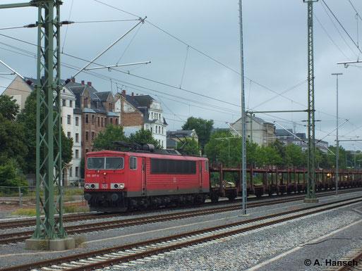Mit einem Autoleerzug hat 155 097-9 sicher keine Mühe. Am 10. Juli 2014 zieht sie einen solchen durch Chemnitz Hbf.