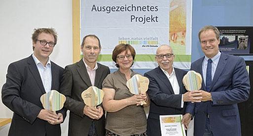 Oberbürgermeister Dr. Eckart Würzner (rechts) überreicht die Auszeichnung an Hans-Martin Gäng (2.v.re). Foto: Ph. Rothe