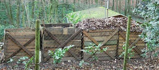 Vier Kompostmieten nebeneinander