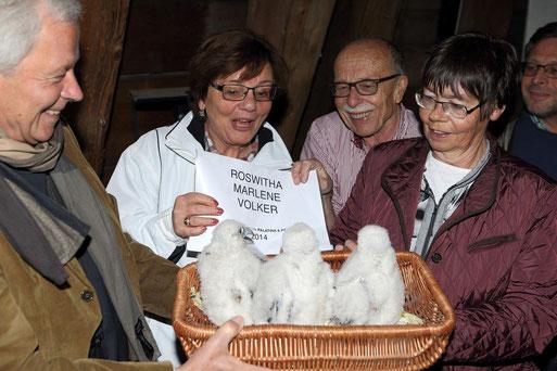 Hans-Martin Gäng (Mitte) freut sich über Falkennachwuchs 2014