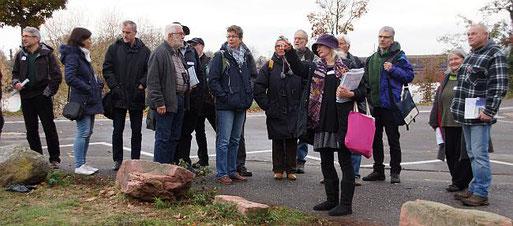 """Birgit Bieman erläutert den Teilnehmern nahe der Anlegestelle in Ladenburg, dass hier Feuchtwiesenbereiche durch """"Auslichtungen"""" nahzu vollständig entfernt und verarmt wurden. Foto: Thomas Hartmann"""