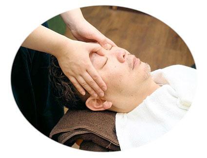 顔ツボの施術の画像