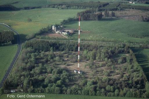 Luftaufnahme der DECCA-Station mit Gittermast aus dem Jahr 1992