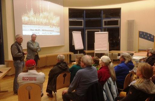 Vortrag von Hubertus Becker zum Wolfsmonitoring in Rheinland-Pfalz.  Foto: G. Ostermann