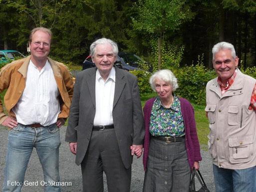 Gründer Dr. Hans Kaegelmann (2. v.l.) mit seiner Frau zu Gast beim Sommerfest des NABU Kylleifel 2010. Links: Vorsitzender Dr. Clemens Hackenberg, rechts: Landesvorsitzender Siggi Schuch