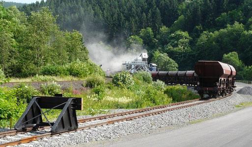 Aus der Eifel in die Welt: ist der Schotter erst mal auf der Schiene, spielt der Transport quer durch Europa oder zu den großen Verladehäfen fast keine Rolle mehr.