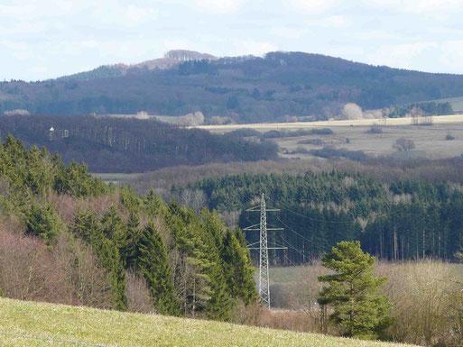 Der Döhm, im Hintergrund Mitte, von der NABU Obstwiese in Berndorf gesehen . Er überragt andere Eifelberge.