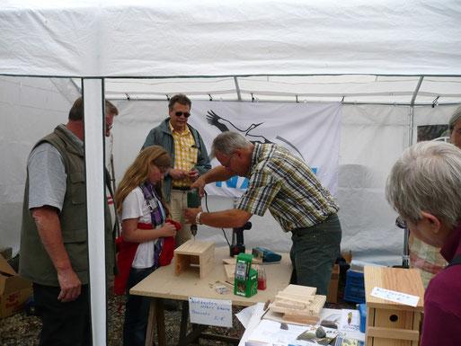 Aktionen für mehr Artenschutz: z.B. Bau und Anbringung von Nisthilfen