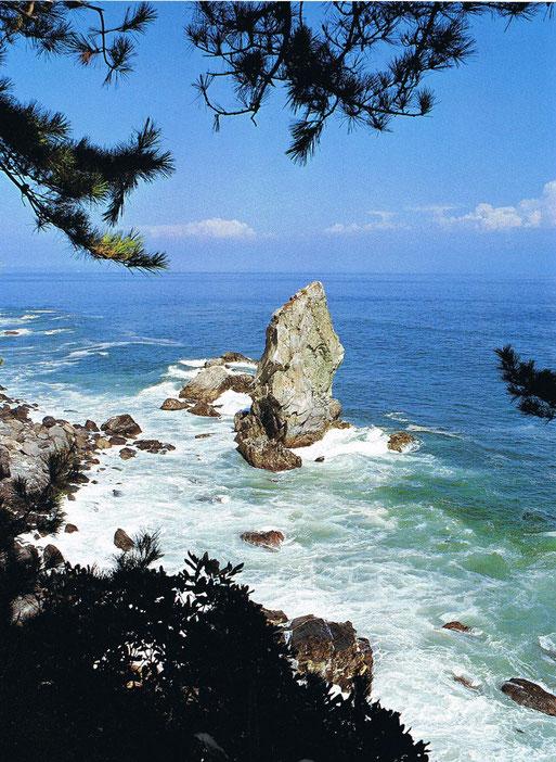 淡路島の南海上に浮かぶ沼島の奇岩「上立神岩」。この巨岩はイザナギ・イザナミが左右からまわって結婚した「天の御柱」と言い伝えられている。淡路島は海人族・物部氏の拠点の一つで男根信仰を彷彿とさせる。画像出典:『日本の神話1 天地創成(ぎょうせい)』より