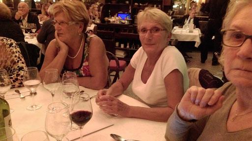 Les verres sont presque vides, ces Dames attendent la suite avec envie