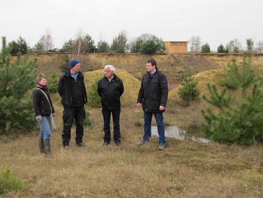 Eigentümer Hans-Jörg Specht, Sarina Pils vom NABU und der Baggerfahrer besprechen die  Maßnahmen.