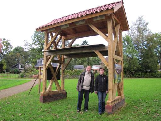 Bürgermeister Rüdiger Bruns und Sarina Pils vom NABU freuen sich über die neue Schwalbenresidenz