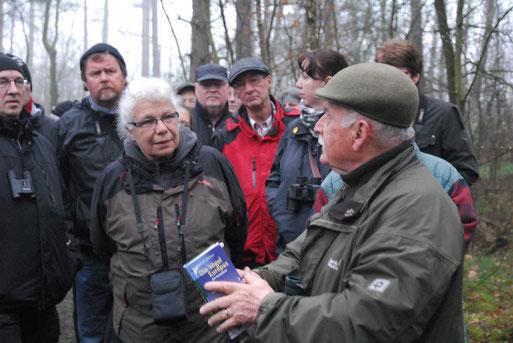 Fritz Ibold (rechts) vermittelt anschaulich, worauf Naturfreunde achten sollten, um einzelne Arten zu erkennen.