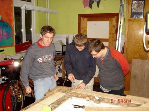 In der Werkstatt werden Nistkästen für Gebirgsstelzen gebaut