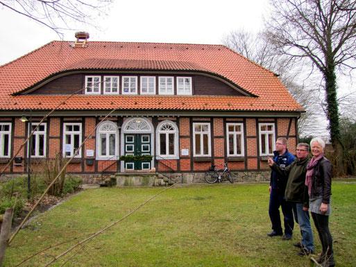 Rolf Rinck vom Kirchenvorstand, Storchenberater Wilfried Glauch und Superindentin Susanne Briese freuen sich über das neue Nest.