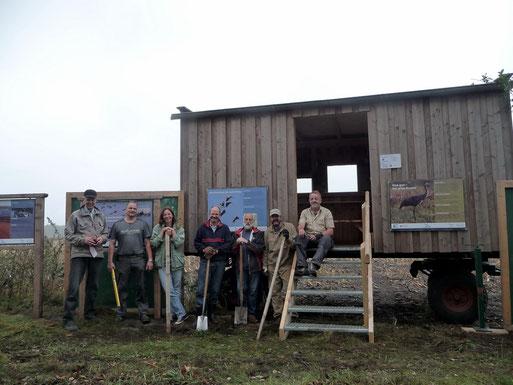NABU-Mitglieder haben in der Nähe eines Vorsammelplatzes einen Beobachtungswagen aufgestellt. Sonntags sind Ranger vor Ort.