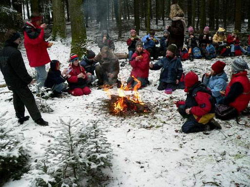 Im Winter hilft ein Lagerfeuer gegen die Kälte