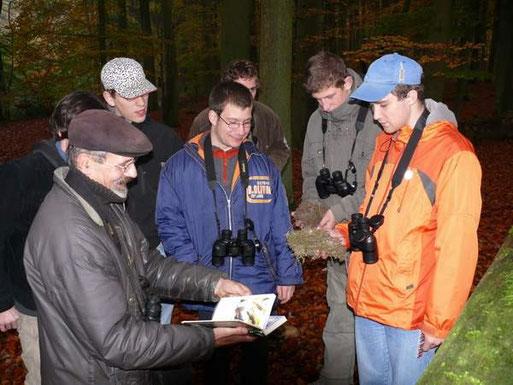 Im Herbst werden die Nistkästen gereinigt und anhand der Nester festgestellt, wer gebrütet hat. Hier erklärt Herbert Brandt die Bewohner unter den Brücken