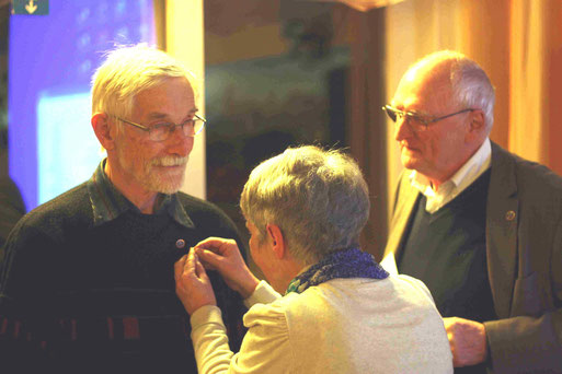 Hannegret Krion überreicht mit Heinz Kowalski vom Landesvorstand die silberne Ehrennadel des NABU an Hinrich Möller für seinen jahrzehntelangen Einsatz in der NABU-Gruppe Niederkassel