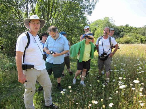 Das Schmetterlingsteam: Ulrich Kuczkowiak  (links) und Horst Köcher (rechts) führten über zwanzig Interessierte über die blühende Pracht am Eulenberg