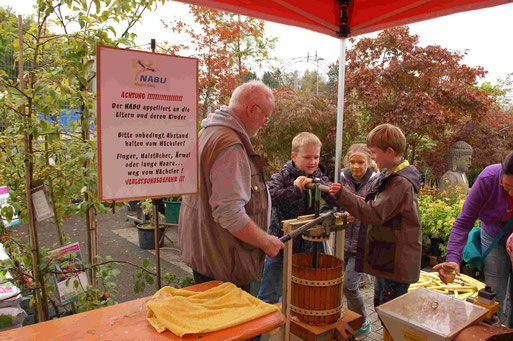 Bertholt mit Verstärkung beim Apfelsaftpressen(Bild: Birgit Simon)