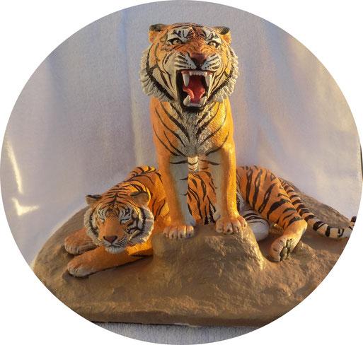 Dr. Coldwell IBMS Auftragsarbeit aus Ton  Unikat Skulptur modellierter brüllender Tiger überreicht durch Künstlerin Angelika Haßenpflug