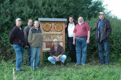 Josef Karl, Joachim u. Susanne Wedel, Kurt Schneider, Ronny Scholz, Hans Eisenbach und Gerd Bartholmes am fertigen Bienenhotel (Juli 2009)