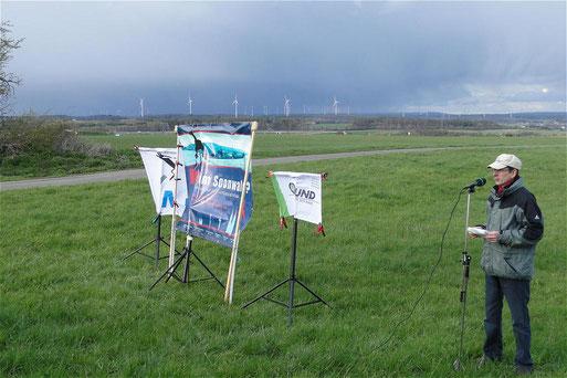 Peter Fischer vor Windradkulisse mit Blick in Richtung Simmern