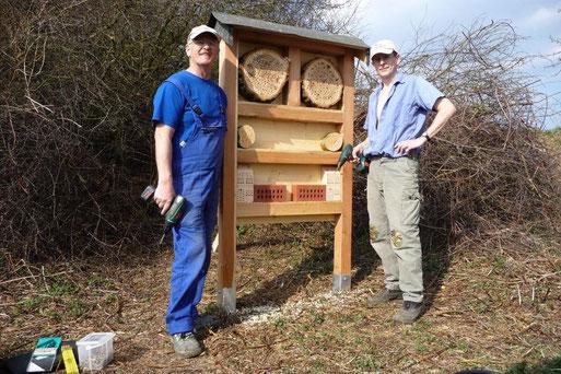 Josef Karl u. Peter Fischer bei der Montage eines Bienenhotels (April 2009)