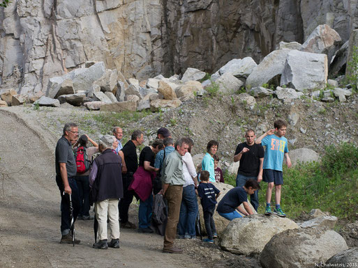 Die Teilnehmer folgen den Erläuterungen des NABU Amphibien-Spezialisten Dominik Heinz.