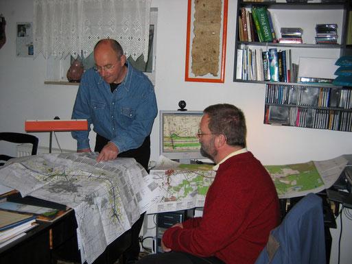 Sichtung der umfangreichen Planungsunterlagen; Foto: Claudia Wetzel