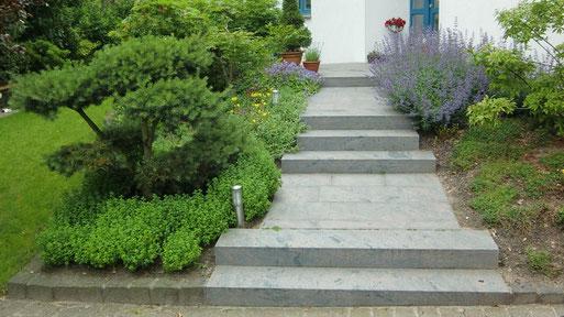 Eigene Beispiele: Stufen und Treppen können ein wichtiges Gestaltungselement sein. Sie dienen nicht nur der Überbrückung von Höhenunterschieden oder als kürzestes Verbindung zwischen A und B.