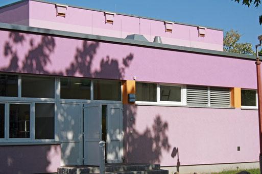 Fledermauskästen können auch an Gebäuden angebracht werden. Hier eine gemeinsame Initiative des NABU mit der Stadtverwaltung Schwedt im Rahmen einer Gebäudesanierung.