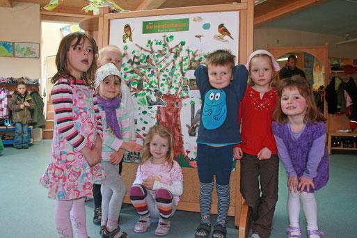 Die Kinder vor ihrem Poster über den Gartenrotschanz