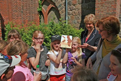 Beim Kastenbau wurden auch Hortkinder einbezogen, die natürlich bei der Auszeichnung dabei waren..