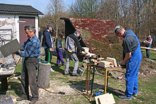An mehreren Arbeitstischen wurden Vogelkästen und Nisthilfen für Wildbienen gebaut