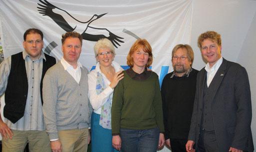 Umrahmt vom NABU-Kreisvorsitzenden Peter Heyer (ganz links) und vom NABU-Landesvorsitzenden Dr. Holger Buschmann (ganz rechts) wurden Michael Klöker, Susanne Eilers, Angelika Wieczorek und Wolfgang Denecke (v.l.n.r.) zum Vorstand der NABU-Gruppe Worpswede