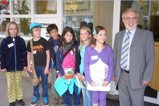Wie können wir Marbachs Vögeln helfen: Gespräch einer Schülergruppe mit Bürgermeister Pötzsch (Juni 2012, Foto: Carola Preuß)