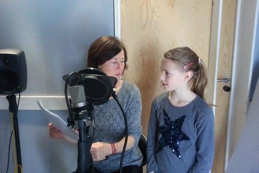 Aufnahmen im Studio: Sophia heißt im wirklichen Leben Melissa Walz und Hede Beck spricht die Großmutter in dem Hörspiel 'Dem Habicht ins Nest geschaut'