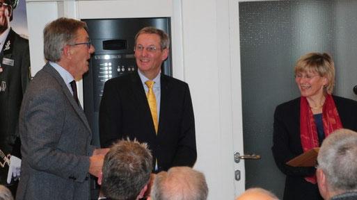 Die Vorstandsvorsitzende der Sparkasse Krefeld, Dr. Birgit Roos, Landrat Peter Ottmann und Rolf Brandt vom NABU Grefrath (v. re.)