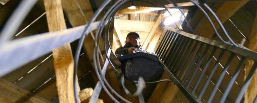 Mühsam, Stück für Stück wird Werkzeug und Technik nach oben in die Kirchturmspitze befördert
