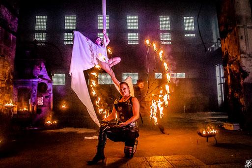 Feuershow Feuerkünstler Feuerflügel Aerial Akrobatik