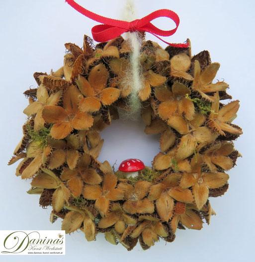 Handgefertigter Bucheckern-Kranz mit Glückspilz und Zierband. Ideal als Geschenk, Herbst Deko oder Weihnachtsdeko. Mehr selbstgemachte Dekoartikel aus Naturmaterialien finden Sie auf meiner Website.