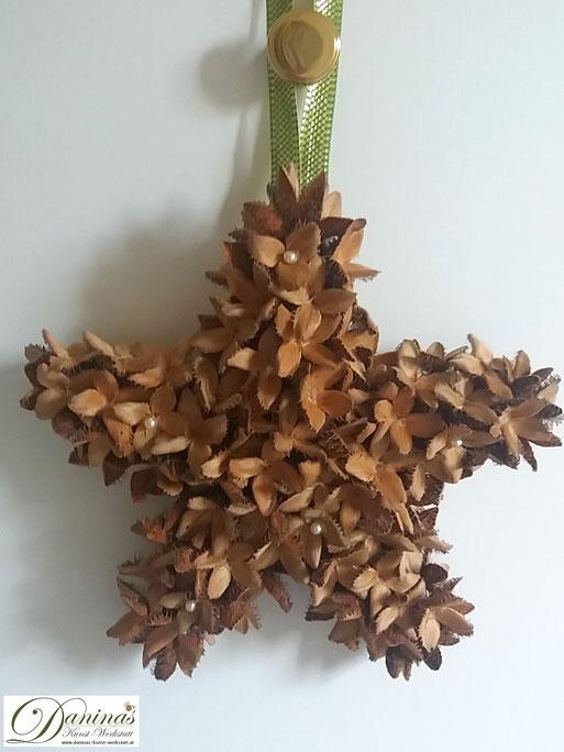 Handgefertigter Bucheckern-Stern mit Perlen und Zierband. Ideal als Geschenk, Herbst- oder Weihnachtsdeko. Mehr selbstgemachte Dekoartikel aus Naturmaterialien finden Sie auf meiner Website.