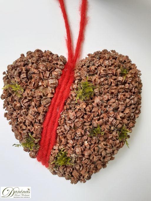 Handgefertigte Baum mit Lärchenzapfen, Perlen & Zierschleife im Topf mit Moos. Ideal als Geschenk, Herbst- oder Weihnachtsdeko. Mehr selbstgemachte Dekoartikel aus Naturmaterialien finden Sie auf meiner Website.